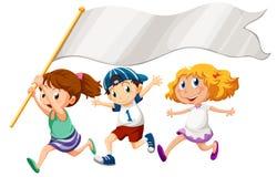 Três crianças que correm com uma bandeira vazia Fotos de Stock