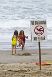 Três crianças que jogam na praia Fotografia de Stock Royalty Free