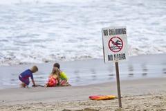 Três crianças que jogam na praia Foto de Stock Royalty Free