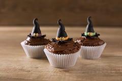 Três cupkaces com feriado do Dia das Bruxas do chapéu da bruxa Imagens de Stock