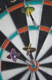 Três dardos no dartboard fotografia de stock