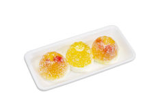 Três doces amarelos da geleia de fruto em uma bandeja plástica Fotos de Stock Royalty Free