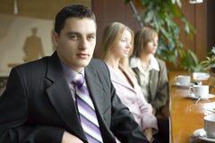 Três dos executivos na ruptura de café Fotografia de Stock Royalty Free