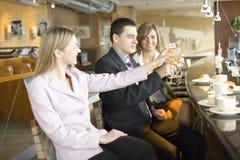 Três dos executivos que fazem o brinde Imagens de Stock