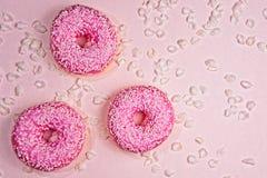 Três doughnouts sparkled cor-de-rosa fotos de stock royalty free