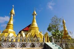Três douraram o pagode afiado imagem de stock