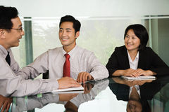 Três empresários chineses em uma reunião Foto de Stock Royalty Free