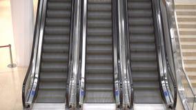 Três escadas rolantes no shopping Escadarias moventes das escadas rolantes no movimento nenhuns povos A imagem contém um ruído pe vídeos de arquivo