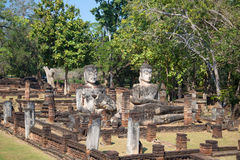 Três esculturas antigas da Buda nas ruínas do templo budista Wat Phra Kaeo do vihara Kamphaeng Phet, Tailândia Foto de Stock Royalty Free