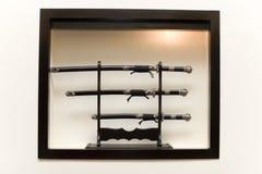 Três espadas japonesas no suporte imagem de stock