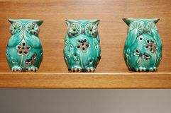 Três estatuetas sábias das corujas Imagens de Stock Royalty Free
