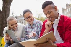 Três estudantes da matemática que sentem felizes após ter figurado para fora o problema fotos de stock royalty free
