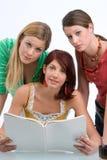 Três estudantes de aprendizagem Foto de Stock