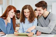 Estudantes que aprendem na classe foto de stock royalty free