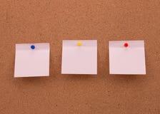 Três etiquetas na placa para lembretes importantes Imagem de Stock Royalty Free