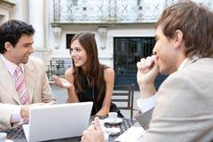 Executivos que encontram-se no café. fotografia de stock royalty free