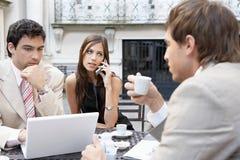 Executivos que encontram-se no café. imagem de stock