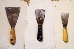 Três facas de massa de vidraceiro do vintage no fundo da massa de vidraceiro Imagens de Stock Royalty Free