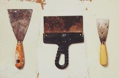 Três facas de massa de vidraceiro do vintage no fundo da massa de vidraceiro Foto de Stock