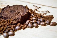 Três fases para a preparação do café: grão, esmagamento e a tabuleta pressionada Superfície de madeira espresso Barista do trabal imagem de stock royalty free
