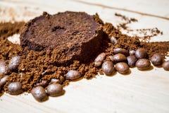 Três fases para a preparação do café: grão, esmagamento e a tabuleta pressionada Superfície de madeira espresso Barista do trabal fotografia de stock royalty free