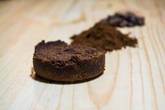 Três fases para a preparação do café: grão, esmagamento e a tabuleta pressionada Superfície de madeira espresso Barista do trabal fotografia de stock