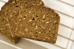 Três fatias de pão marrom empilhadas fotografia de stock