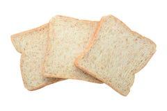 Três fatias inteiras frescas do pão integral isoladas no backgroun branco Imagens de Stock
