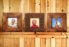 Três frames de madeira com fotos de família foto de stock
