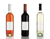 Três frascos diferentes do vinho com etiquetas em branco Foto de Stock