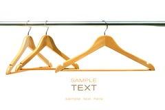 Três ganchos de revestimento em um trilho da roupa Imagens de Stock