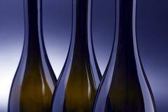 Três garrafas de vinho vazias perto acima imagens de stock