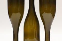 Três garrafas de vinho vazias perto acima imagens de stock royalty free
