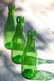 Três garrafas vazias verdes Fotografia de Stock