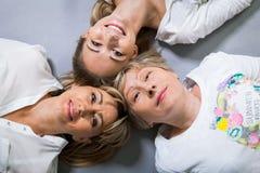 Três gerações com uma semelhança impressionante imagem de stock royalty free