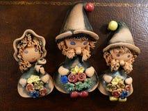 Três gnomos com flores - dois meninos e menina argila interior decor fotos de stock