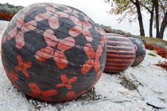 Três grandes bolas pretas e vermelhas de madeira Fotografia de Stock