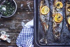 Três grelharam peixes, na bandeja preta do cozimento, com espaço da cópia Foto de Stock