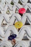 Três guarda-chuvas nas ondas do pagode branco Imagem de Stock Royalty Free