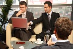 Três homens de negócio que trabalham no escritório foto de stock