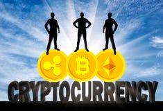 Três homens de negócios estão estando em três moedas da moeda cripto Imagens de Stock Royalty Free