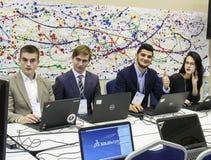 Três homens novos e uma menina no computador Imagem de Stock Royalty Free