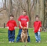 Três irmãos e o cão Fotografia de Stock