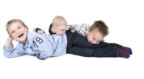 Três irmãos que têm o divertimento imagem de stock
