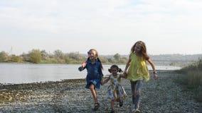 Três irmãs bonitos que correm pelo rio filme