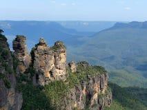 Três irmãs em montanhas azuis Foto de Stock Royalty Free