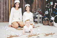 Três irmãs que levantam na frente da árvore de Natal Imagem de Stock