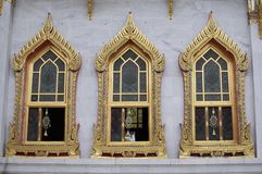 Três janelas bonitas de Wat Bechamabophit em Banguecoque foto de stock