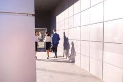 Três jovens, estudantes, duas meninas e indivíduo, vão para trás a vieram Imagens de Stock