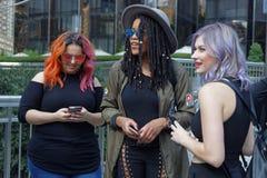 Três jovens mulheres durante a semana de moda Fotos de Stock